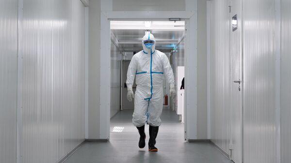 Медицинский работник в городской клинической инфекционной больнице имени И. С. Жекеновой в Алма-Ате