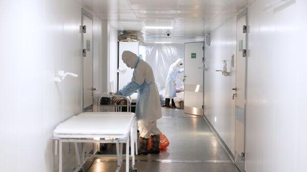 Медицинские работники в городской клинической инфекционной больнице имени И. С. Жекеновой в Алма-Ате