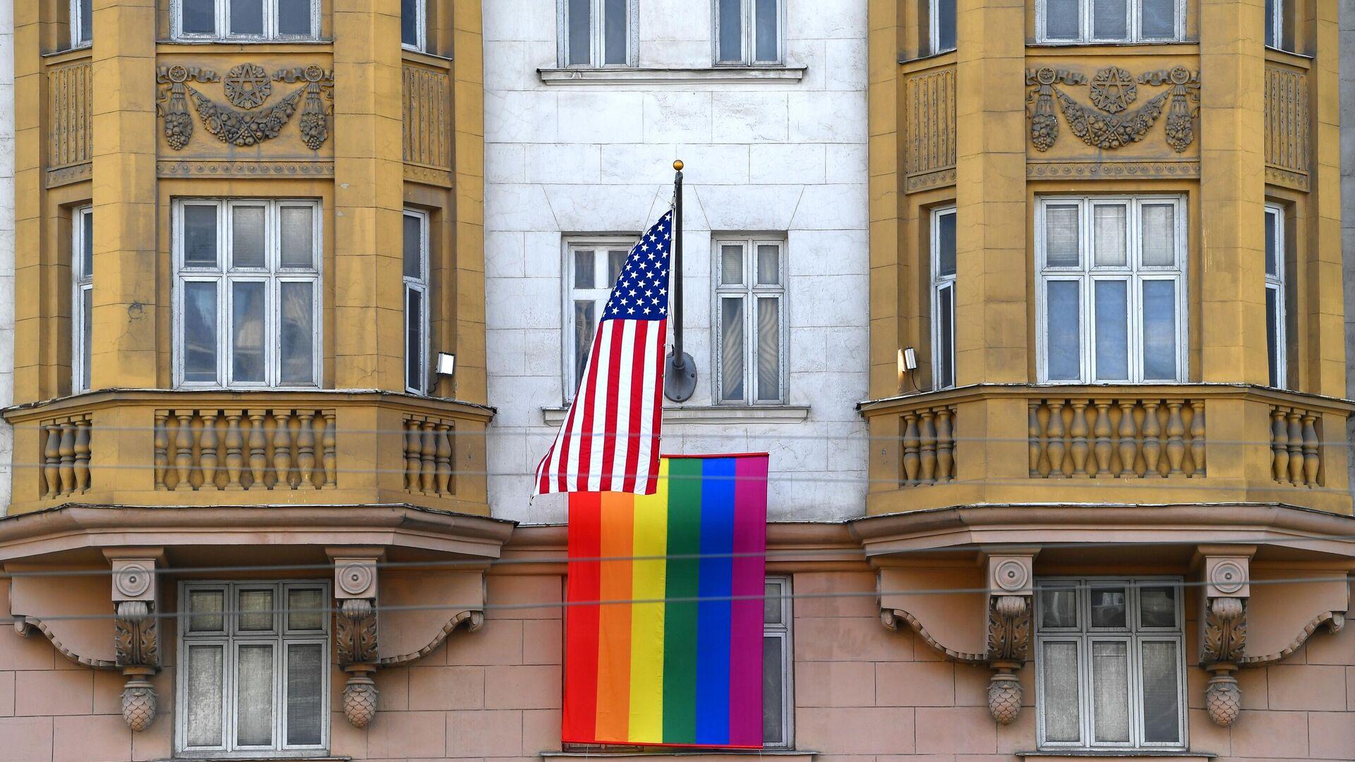 Флаг ЛГБТ-сообщества на здании посольства США в Москве - РИА Новости, 1920, 25.06.2020