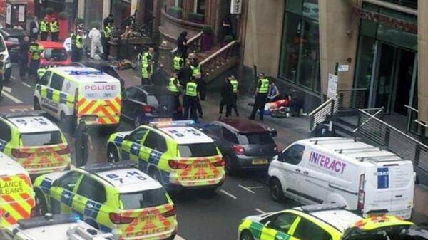 Автомобили полиции и скорой помощи на месте инцидента в Глазго