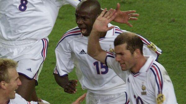 Футболисты сборной Франции празднуют победный гол в ворота сборной Португалии в полуфинале ЕВРО-2000