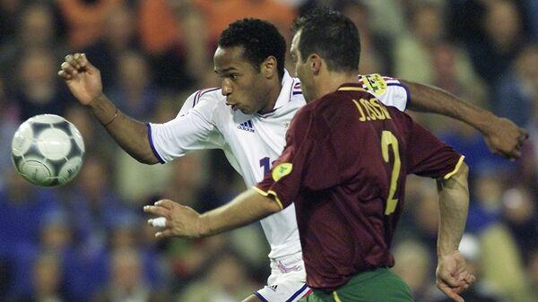 Игровой момент матча 1/2 финала ЕВРО-2000 между сборными Франции и Португалии