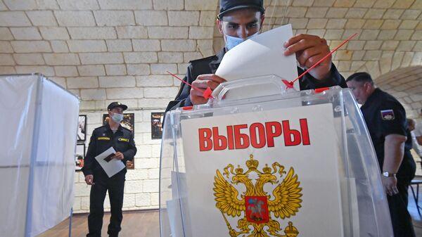 Военнослужащие спортивной роты ЦСКА принимают участие во всероссийском голосовании по поправкам в Конституцию РФ на избирательном участке в Севастополе