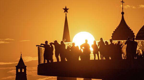 Люди на Парящем мосту парка Зарядье