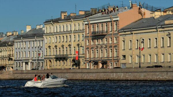 Прогулочный катер у Набережной Кутузова в Санкт-Петербурге
