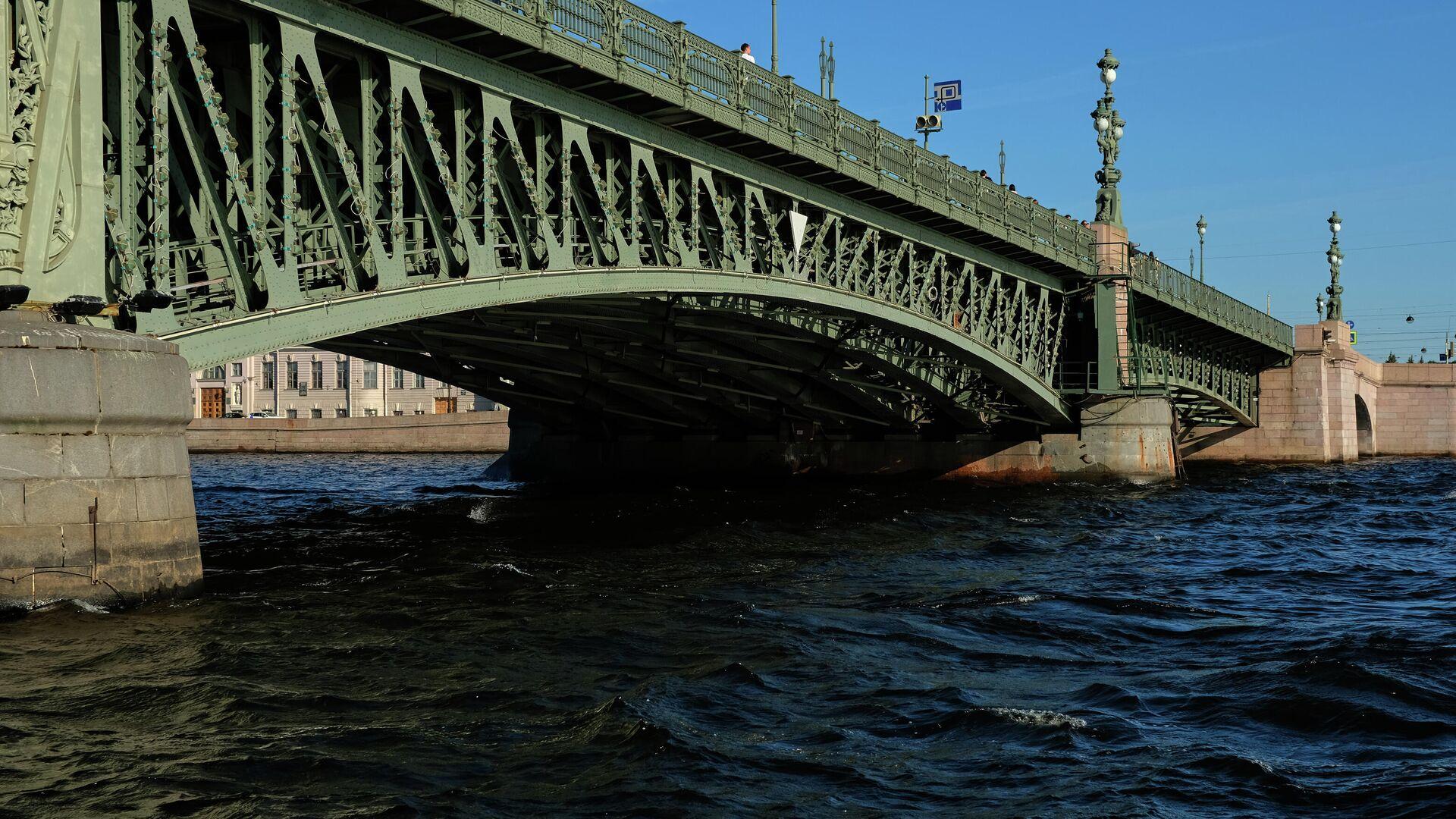 В Петербурге катер с пассажирами сел на мель