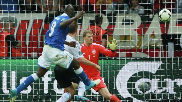 Марио Баолтелли забивает гол в ворота сборной Германии в полуфинале ЕВРО-2012