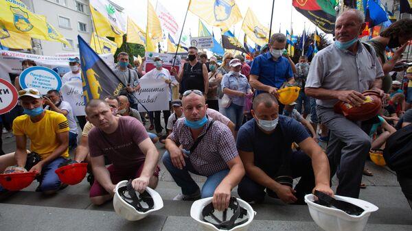 Участники акции протеста шахтёров у здания администрации президента Украины в Киеве