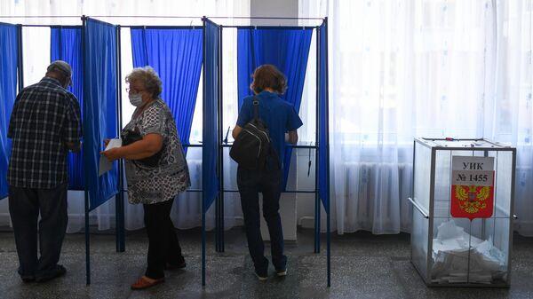 Избиратели на избирательном участке в Новосибирске, где проходит голосование по вопросу внесения поправок в Конституцию РФ