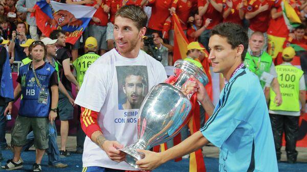 Футболисты сборной Испании Серхио Рамос (слева) и Хесус Навас после победы на ЕВРО-2012