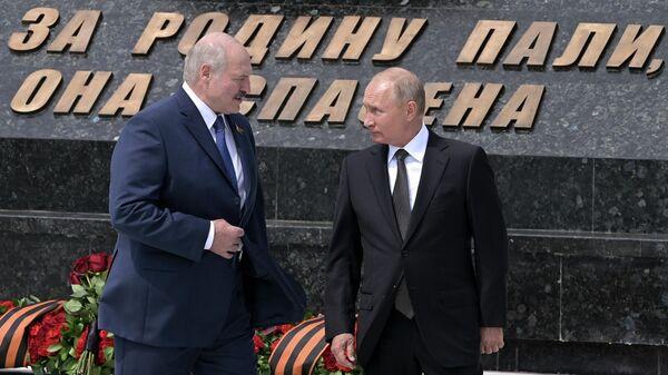 Президент РФ Владимир Путин и президент Белоруссии Александр Лукашенко во время церемонии возложения венка к Ржевскому мемориалу