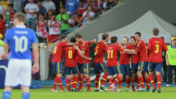 Футболисты сборной Испании радуются голу в финале ЕВРО-2012