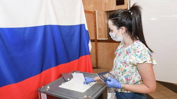 Женщина голосует по вопросу одобрения изменений в Конституцию России на избирательном участке в посольстве РФ