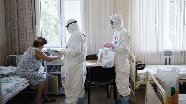 Пациентка центральной клинической больницы РЖД-Медицина в Москве голосует по вопросу одобрения изменений в Конституцию РФ