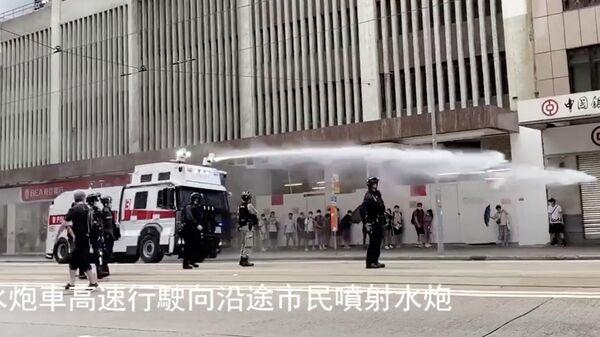 Полицейский водомет во время протеста против закона о национальной безопасности Гонконга