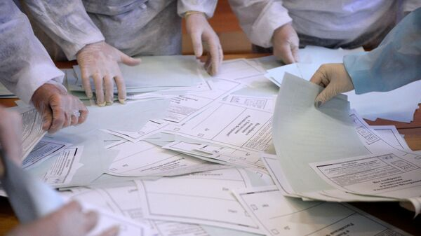 Подсчет голосов по итогам голосования по поправкам в Конституцию РФ на избирательном участке