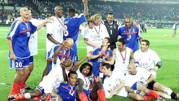 Футболисты сборной Франции радуются победе в финале ЕВРО-2000