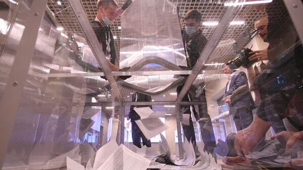 Подсчет результатов электронного голосования по вопросу одобрения изменений в Конституцию России в Общественном штабе по контролю и наблюдению за голосованием по поправкам в Конституцию РФ в Москве