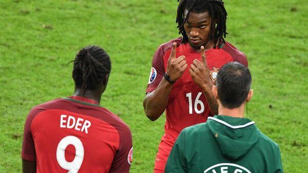 Нападающий сборной Португалии Эдер (слева) выходит на замену в финале ЕВРО-2016