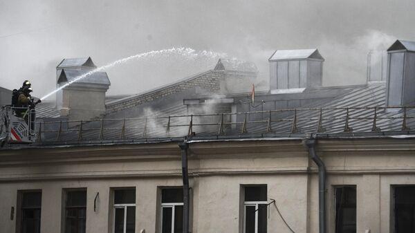 Пожарные тушат в здании на Тверской улице в Москве