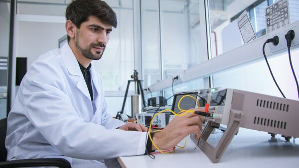 К. ф.- м. н. Максуд Неъматов за работой в лаборатории (эксперимент по исследованию динамик движения доменной границы)