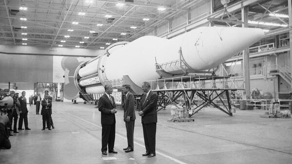 Доктор Вернер фон Браун, президент США Джон Кеннеди и вице-президент Линдон Джонсон на заводе по сборке гигантской ракеты Сатурн 11