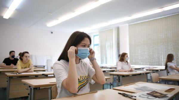 Ученики школы №2030 перед началом сдачи единого государственного экзамена по литературе