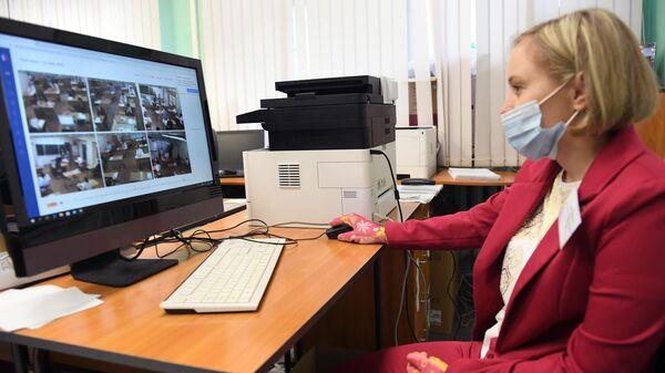 Система видеонаблюдения в пункте проведения экзамена (ППЭ) во время сдачи единого государственного экзамена по информатике в школе №62 Авиастроительного района Казани