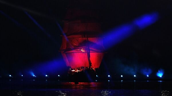 Бриг Россия в акватории Финского залива во время праздника выпускников Алые паруса в Санкт-Петербурге