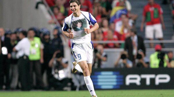 Нападающий сборной Греции Ангелос Харистеас радуется забитому голу в финале ЕВРО-2004