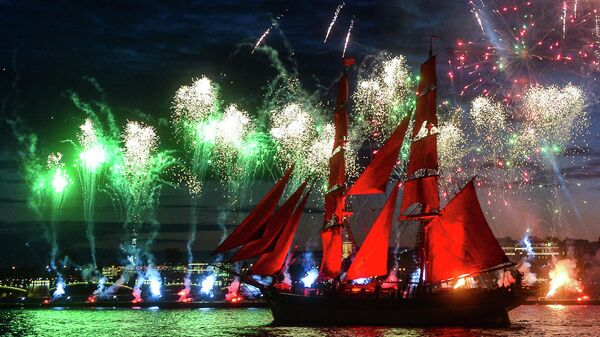 Шведский парусник Tre Kronor под алыми парусами во время салюта на празднике выпускников Алые паруса в Санкт-Петербурге