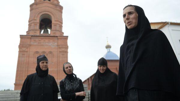 Монахини на территории Среднеуральского женского монастыря