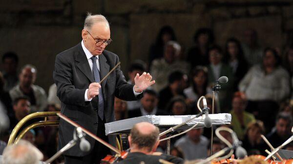 Итальянский композитор Эннио Морриконе дирижирует в древнем театре в Охриде. 2009 год
