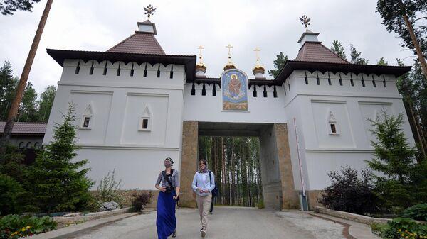 Прихожане на территории Среднеуральского женского монастыр
