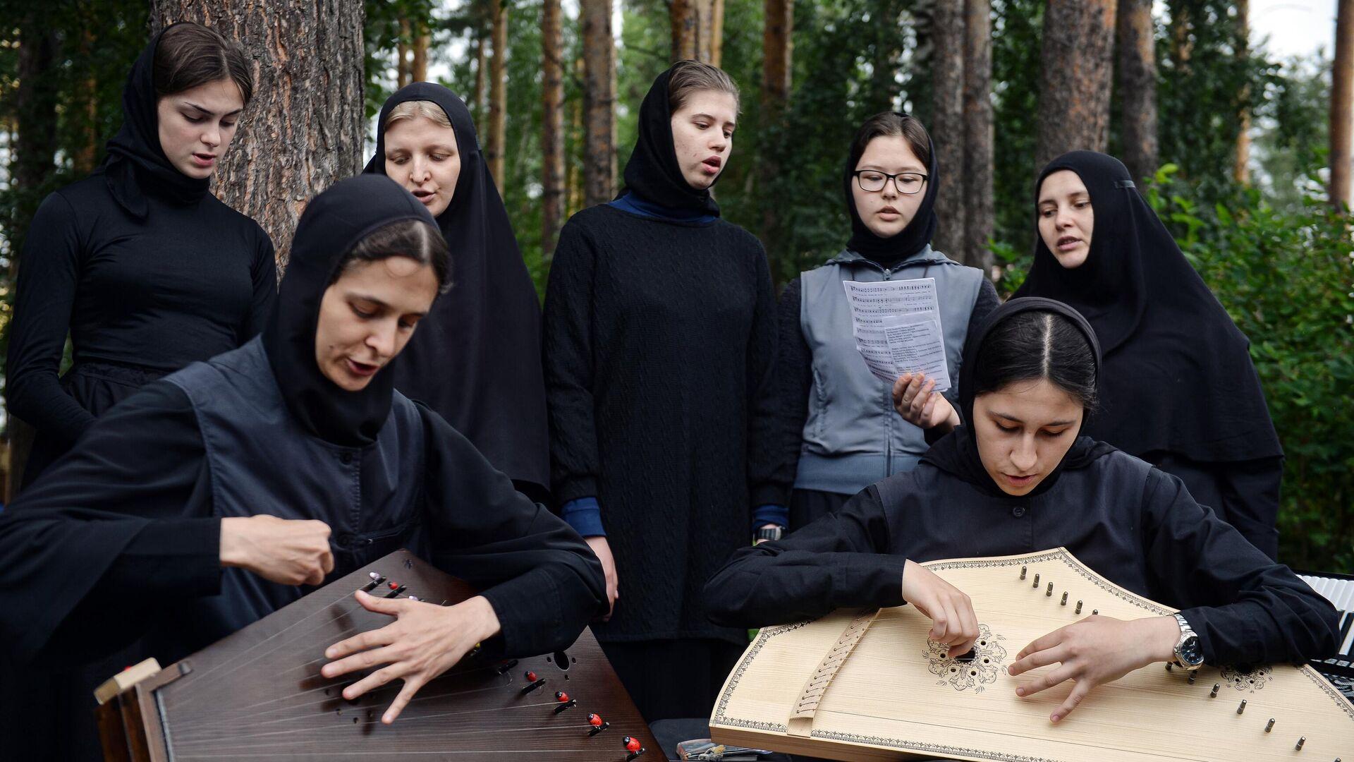 Монахини на территории Среднеуральского женского монастыря - РИА Новости, 1920, 14.09.2020