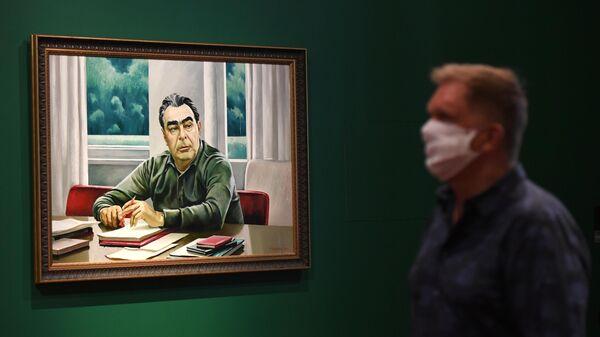Картина Таира Салахова Л.И. Брежнев за работой над Воспоминаниями (1981 г.), представленная на выставке Ненавсегда. 1968-1985 в Новой Третьяковке в Москве.