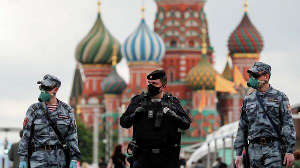 Сотрудники полиции в защитных масках на Красной Площади в Москве