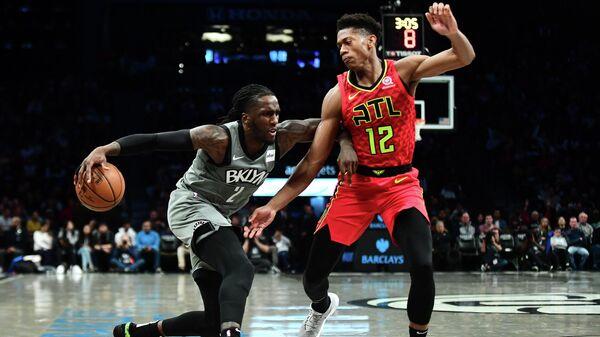 Баскетболист Бруклин Нетс Торин Принс в матче НБА против Деандре Хантера из Атланты Хоукс