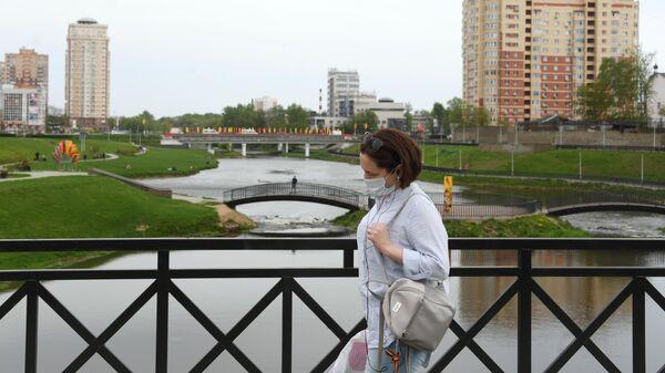 Женщина в защитной маске на одной из улиц в Щелково Московской области