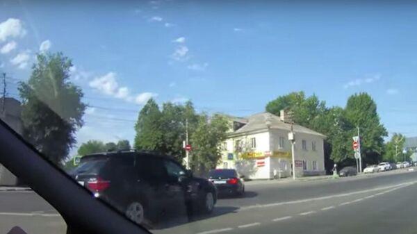 Стоп-кадр видео выезда кортежа на полосу встречного движения