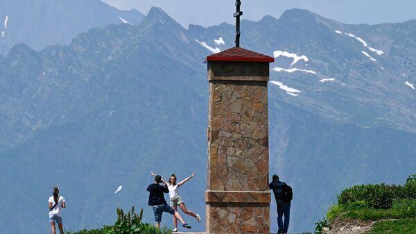 Отдыхающие у Горной часовни на горном курорте Красная Поляна