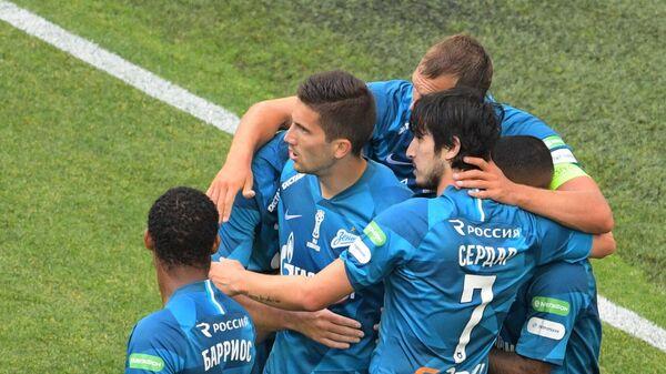 Футболисты Зенита радуются забитому голу Сердара Азмуна