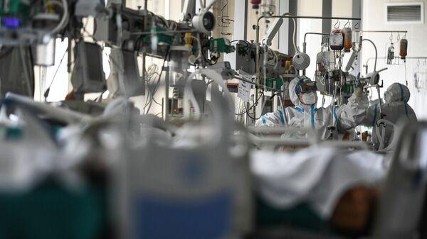 Врачи обходят пациентов в реанимации городской клинической больницы No 15 имени О. М. Филатова в Москве