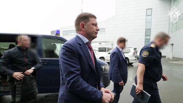 Сотрудники ФСБ России доставляют задержанного губернатора Хабаровского края Сергея Фургала в Москву