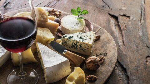 Сырная тарелка с бокалом вина