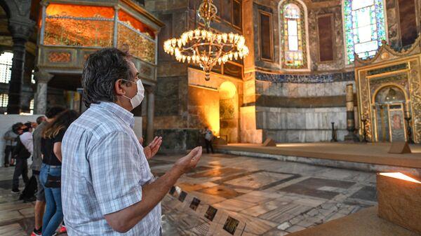 Мужчина в соборе Святой Софии в Стамбуле