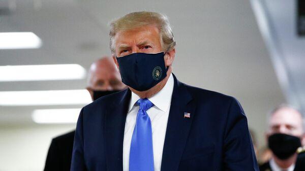 Дональд Трамп в медицинской маске