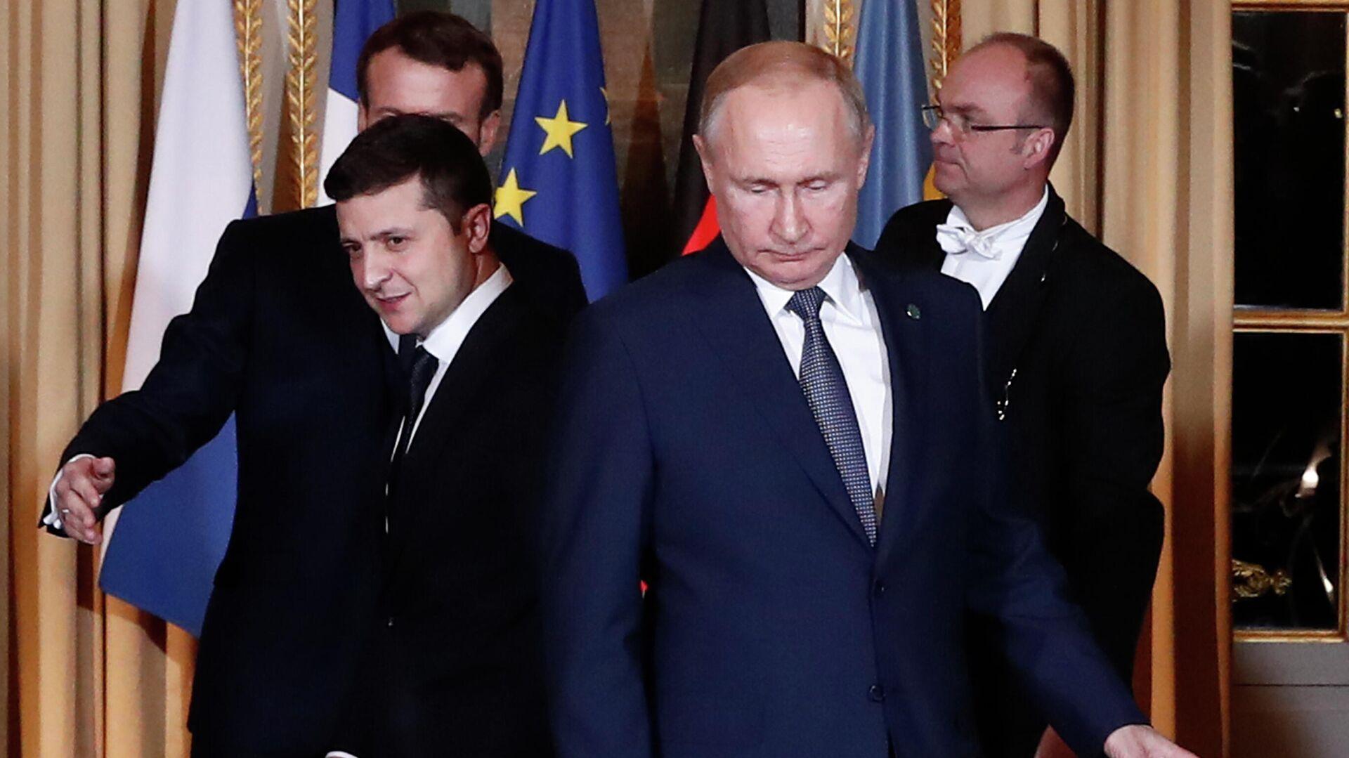 Президент России Владимир Путин (справа) и президент Украины Владимир Зеленский на саммите в Париже - РИА Новости, 1920, 26.09.2021