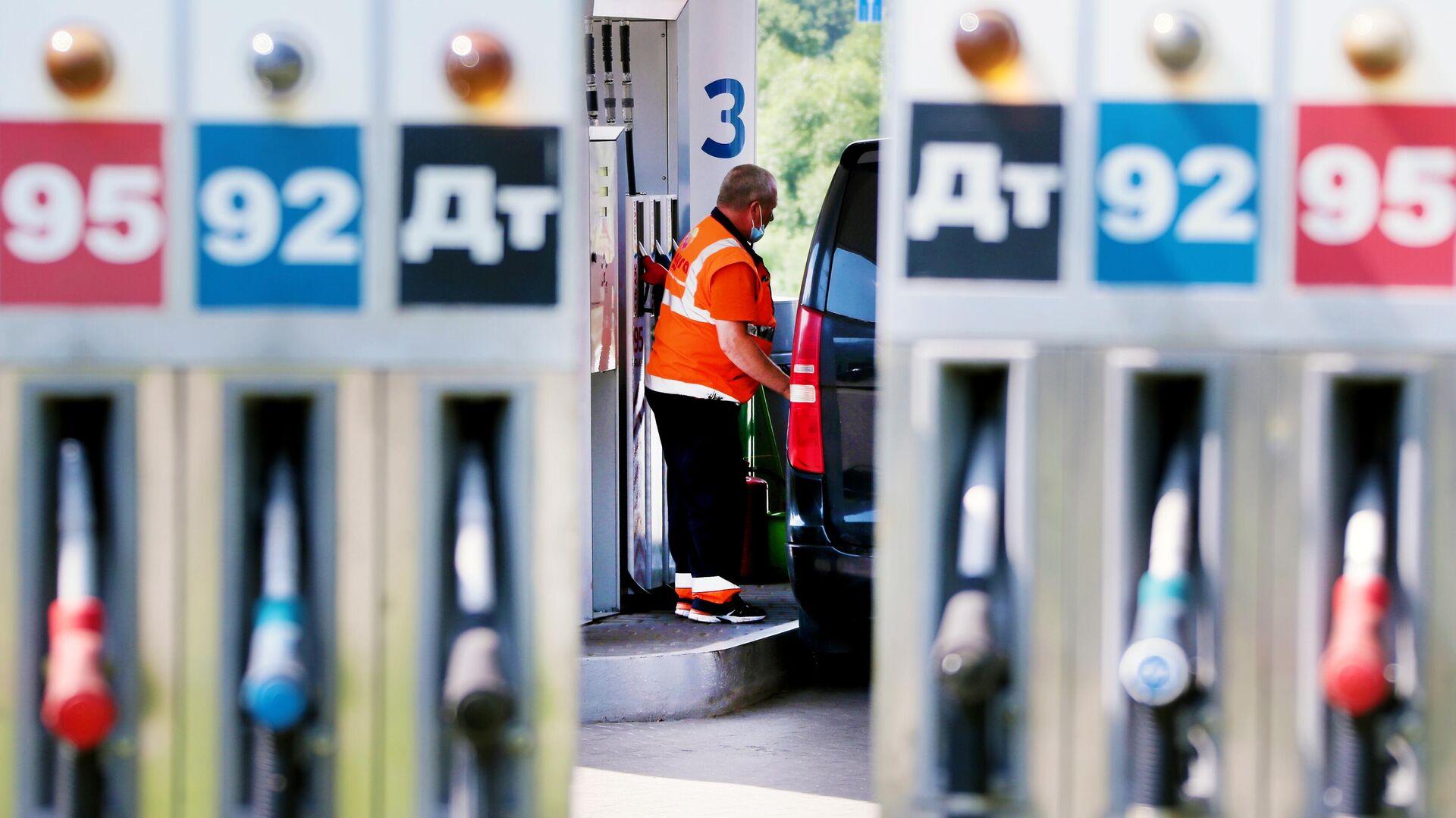 Сотрудник заправляет автомобиль на одной из автозаправочных станций Газпромнефть в Москве - РИА Новости, 1920, 31.12.2020