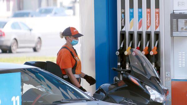 Сотрудница на одной из автозаправочных станций Газпромнефть в Москве